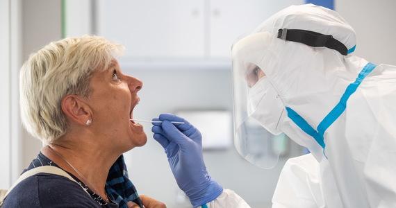 W środę resort zdrowia poinformował o 735 nowych potwierdzonych przypadkach zakażenia koronawirusem oraz kolejnych 17 zgonach. Aktualny bilans pandemii w Polsce to 58 611 zakażeń i 1 913 ofiar śmiertelnych. Od początku epidemii wyzdrowiało 40 099 osób zakażonych SARS-CoV-2.