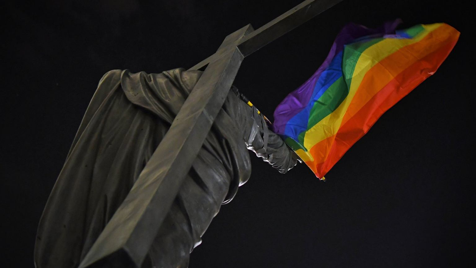 Policja zatrzymała działaczy kolektywu Stop Bzdurom.  Chodzi o wieszanie tęczowych flag na pomnikach