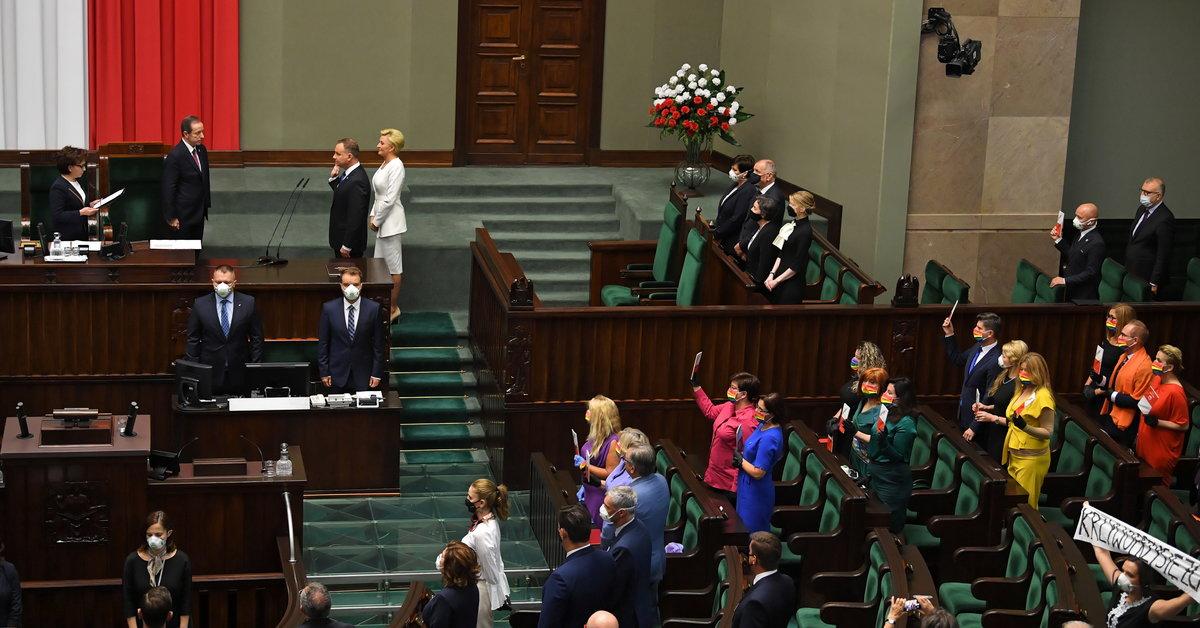 Zaprzysiężenie prezydenta.  Pozostali posłowie ubrani w kolory symbolizujące tęczową flagę